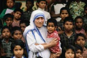 CALCUTTA, INDIA - DECEMBER 05:  Mother Teresa accompanied by children at her mission in Calcutta, India.  (Photo by Tim Graham/Getty Images)